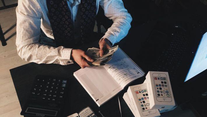 給与計算は「税理士」「社労士」どっちに依頼?メリットとデメリットまとめ